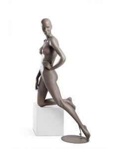 Dame mannequin i Coy serien - Flot med knæ på podie