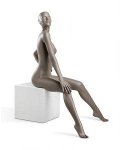 Mannequin i sidde position på podie - Perfekt til butikken